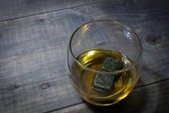 Bourbon avec des pierres de whiskey : En haut photographie stock libre de droits