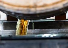 Bourbon, das von frisch geöffnetem Fass sich leert lizenzfreie stockfotografie