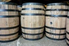 Bourbon-Fässer von der Seite Lizenzfreie Stockfotografie