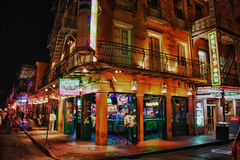 Bourbon gata New Orleans - gyckelmakare stång royaltyfria bilder