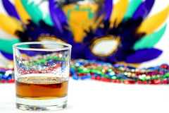 Bourbon, ordentlich mit Perlen und Mardi Gras Mask Stockfotografie