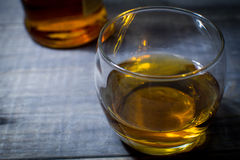 Bourbon ordonné avec la bouteille photos libres de droits