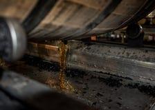 Bourbon que derrama fora do tambor fotos de stock royalty free