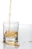 bourbonexponeringsglas som hälls som skjutas short Arkivbild