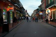 Bourbongata i New Orleans, Louisiana, i aftonen royaltyfri foto