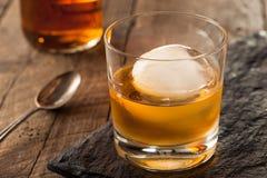Bourbonu whisky z sfery kostką lodu zdjęcie stock