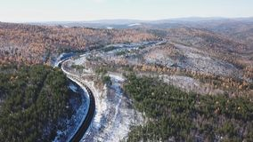 Bourdon aérien de jour d'hiver suivre le train de touristes de passagers ferroviaires transsibériens près du lac Baikal Professio clips vidéos