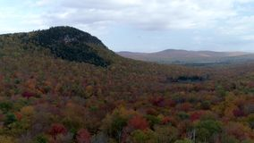 Bourdon aérien - Decend de haute altitude jusqu'au dessus d'arbre sur la colline dans des couleurs maximales dans l'automne au Ve banque de vidéos