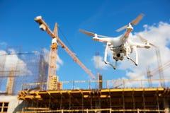Bourdon au-dessus de chantier de construction surveillance visuelle ou inspection industrielle photo libre de droits