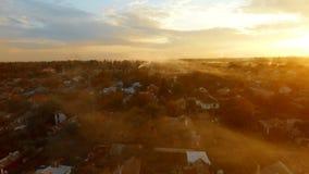 Bourdon au-dessus de village de coucher du soleil près de Hartsizsk DPR/Ukraine banque de vidéos