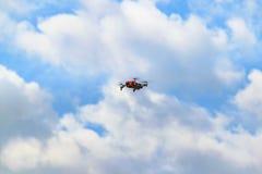 Bourdon au fond de ciel de cumulus image stock