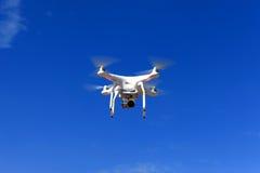 Bourdon blanc équipé de la caméra vidéo 4K de haute résolution Images libres de droits