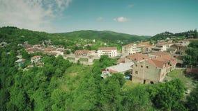 Bourdon caucasien 4k de waterwall d'animaux de la Géorgie de nature de beauté de rivière de montagnes de Caucase d'église de chât clips vidéos