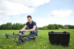Bourdon d'UAV de Fixing d'ingénieur en parc images stock