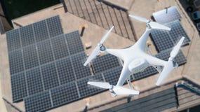 Bourdon d'UAV inspectant les panneaux solaires sur la grande Chambre photos stock