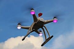 Bourdon de Quadcopter en vol Photographie stock libre de droits