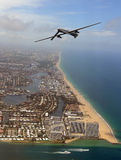 Bourdon de surveillance au-dessus de littoral de la Floride images libres de droits