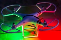 Bourdon de vol avec l'appareil-photo sur le ciel au coucher du soleil Images stock