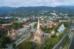 Bourdon de vue aérienne tiré du temple ou du Wat Chaithararam de chalong de wat à phuket Thaïlande photographie stock libre de droits