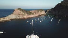 Bourdon descendant montrant un catamaran et amarrant des bateaux dans le méditerranéen banque de vidéos