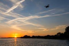 Bourdon domestique volant au-dessus du fleuve StLaurent dans le coucher du soleil photos stock