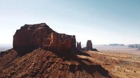 Bourdon filtrant la bonne haute au-dessus du désert épique de grès et l'horizon rouge incroyable de montagne rocheuse en parc nat banque de vidéos