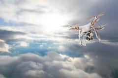 Bourdon pour les travaux industriels volant au-dessus des nuages Image stock