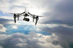 Bourdon pour les travaux industriels volant au-dessus des nuages Photo stock