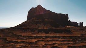 Bourdon se levant près de la grande montagne de grès de désert, vue majestueuse d'horizon américain ensoleillé de falaises de can clips vidéos