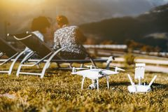 Bourdon sur l'herbe, les couples femelles et les montagnes derrière Images libres de droits