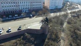 Bourdon visuel aérien avec la vue de primevère farineuse de la ville d'Oulan-Oude Bouriatie banque de vidéos