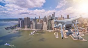 Bourdon volant au-dessus de Manhattan inférieur, New York City photos stock
