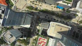 Bourdon volant directement au-dessus d'une ville 4k banque de vidéos