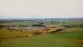 Bourdon volant lentement vers la ferme de turbine de moulin à vent et le terminal de logistique de la livraison de cargaison sur banque de vidéos