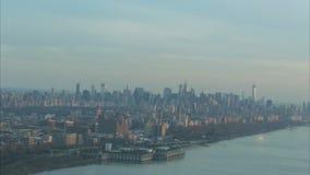 Bourdonnement aérien à travers Manhattan à l'Empire State Building clips vidéos