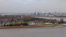 Bourdonnement au-dessus de la rivière de Schelde à l'industrie banque de vidéos