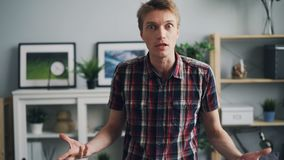 Bourdonnement-dans du jeune homme malheureux avec le visage fâché se plaignant et exprimant la position d'irritation et d'offense banque de vidéos