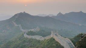 Bourdonnement de coucher du soleil en raison de la Grande Muraille de la Chine, Jinshanling banque de vidéos