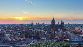 Bourdonnement de timelapse d'horizon de coucher du soleil d'Amsterdam 4K banque de vidéos