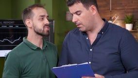 Bourdonnement haut étroit en portrait de deux collègues de bureau ayant une conversation banque de vidéos