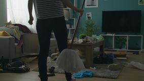 Bourdonnement hors de la femme fâchée contre le désordre dans le salon après la partie banque de vidéos