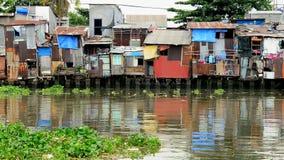 Bourdonnement hors des cabanes sur la rivière de Saigon - Ho Chi Minh City (Saigon) - banque de vidéos