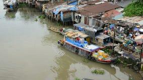 Bourdonnement hors des péniches et des cabanes sur la rivière de Saigon - Ho Chi Minh City (Saigon) banque de vidéos