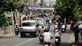 Bourdonnement hors du trafic occupé de véhicule et de vélomoteur - Ho Chi Minh City (Saigon) Vietnam banque de vidéos