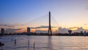 Bourdonnent dedans le laps de temps au grand pont suspendu dans le temps de coucher du soleil banque de vidéos