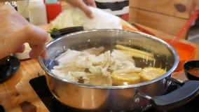 Bourdonnent dedans le pot chaud de suki de Shabu clips vidéos