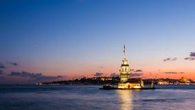 Bourdonnent dedans le timelapse de la première tour ou du Kiz Kulesi avec flotter les bateaux de touristes sur Bosphorus à Istanb banque de vidéos