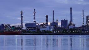 Bourdonnent le lever de soleil de Temps-faute du raffinerie de pétrole avec la réflexion, centrale pétrochimique banque de vidéos