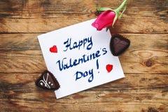 Bourgeon de rose de rose et bonbons au chocolat deux Photos stock