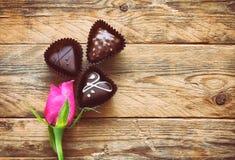 Bourgeon de rose de rose et bonbons au chocolat trois Image stock